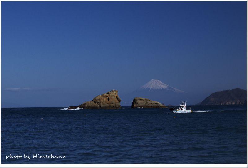 雲見牛着岩越しに見える富士山