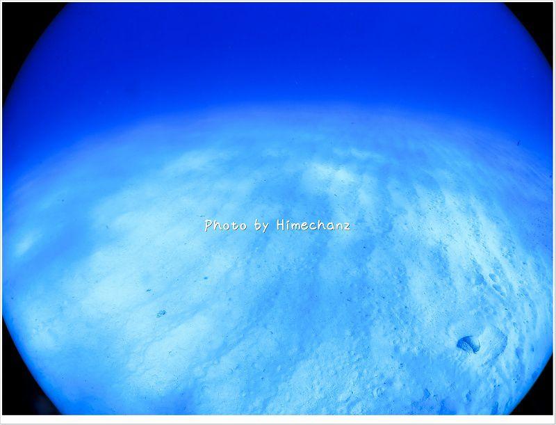 真っ白い砂地に青い海♪
