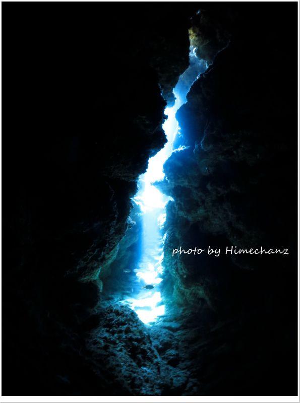 レーザービームのような洞窟の光 photo by CANON PowerShot S100