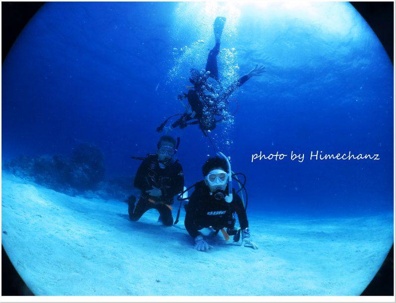 黒島ブルーをバックに記念撮影♪ photo by CANON PowerShot S100