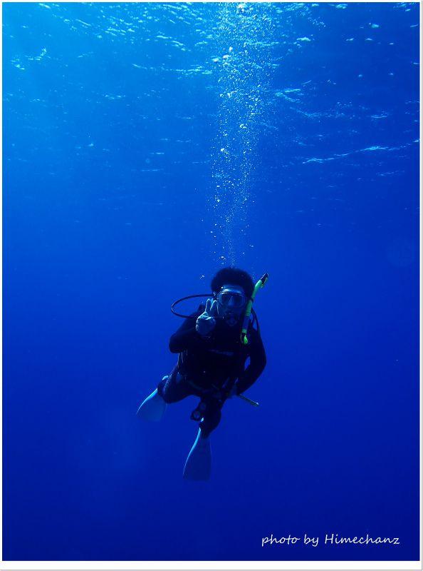 黒島ブルーに包まれてVサイン♪ photo by OLYMPUS STYLUS TG-2 Tough