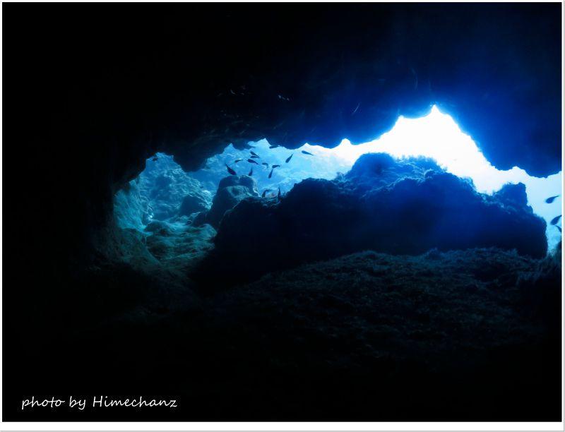 洞窟を抜けるとキレイな黒島ブルー♪ photo by CANON PowerShot S100