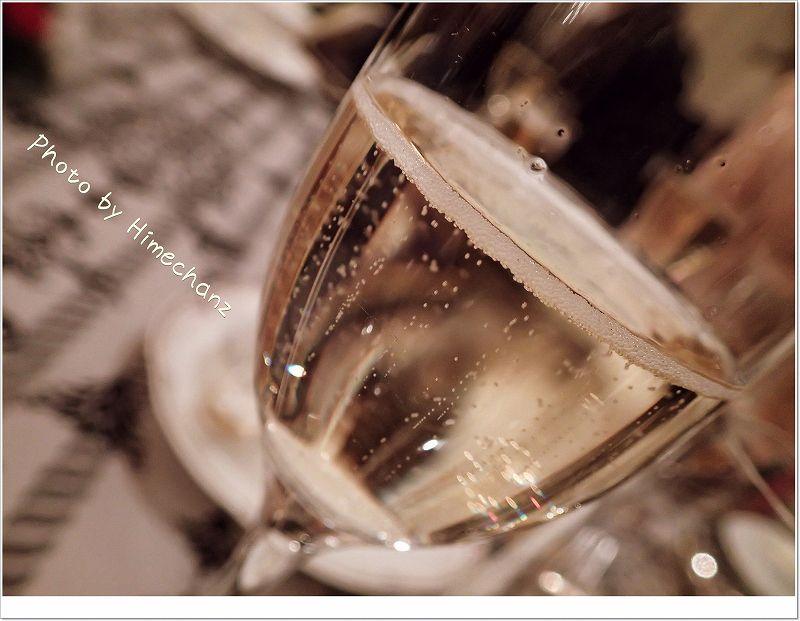 シャンパンの泡が奏でる音は妖精のお祝いの拍手だそうです。