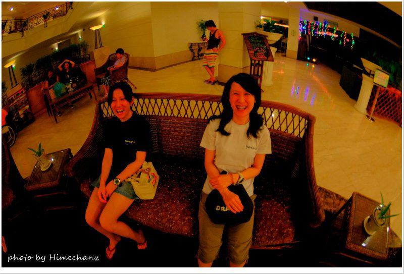 ホテルのロビーではwi-fiがあるんですが、ダイヤルアップ並みの遅さ。。根気よくトライしないとメールも見れないw photo by Nikon D300