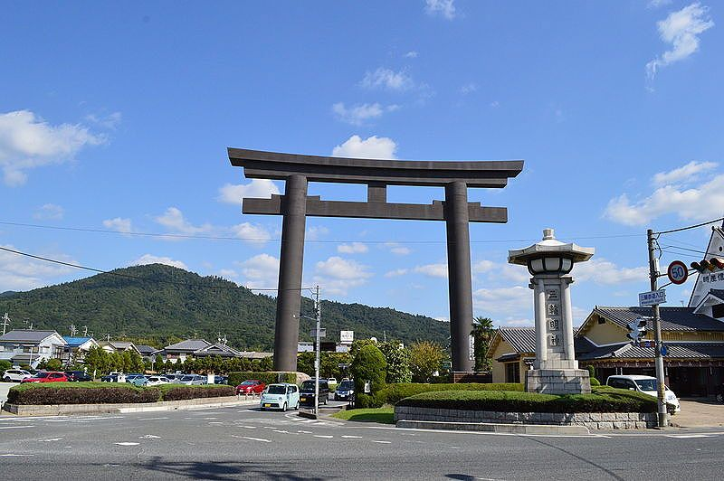 大神神社一の鳥居。後ろにある山がご神体である三輪山。(写真はwikipedeiaから) この鳥居、32メートルもあります。マグニチュード10の地震にも耐えれるそうな。