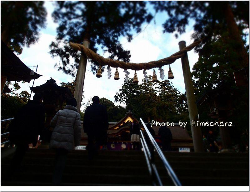 拝殿に向かうまで上ります。 しめ縄の鳥居は三輪さんの特徴です。