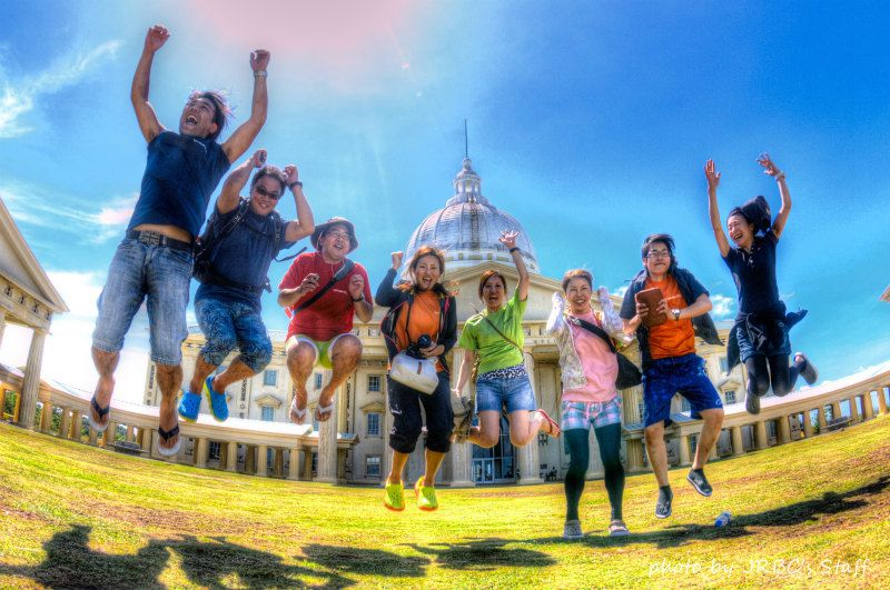 パラオの国会議事堂前でジャンピングショット♪ photo by Nikon D300