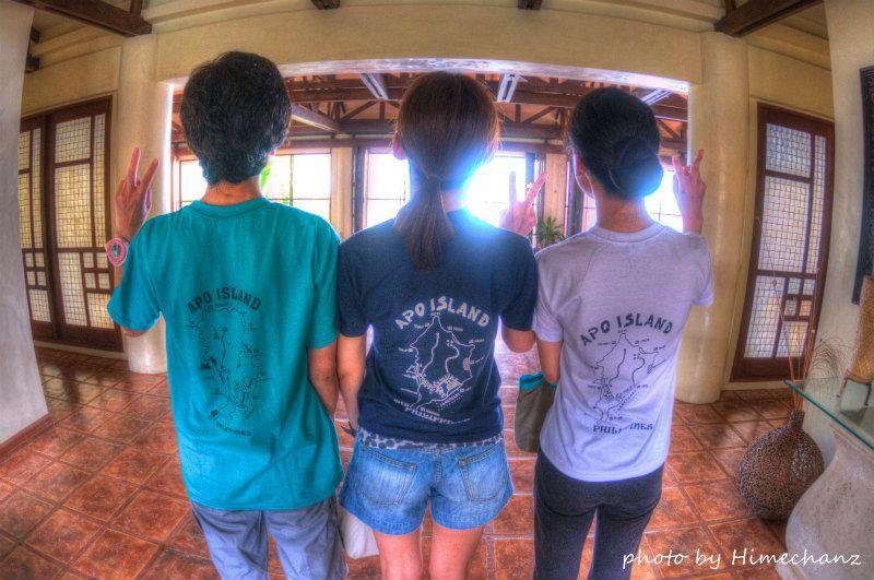 アポ島で購入されたTシャツを早速試着の3人娘w photo by Nikon D300