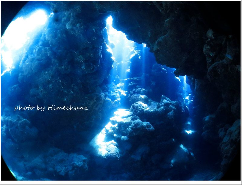 晴れた日は洞窟の光を楽しみましょ♪ ダイバーにしか見ることの出来ないこの景色を、今年もたっぷり味わいたいですね♪ photo by CANON PowerShot S100